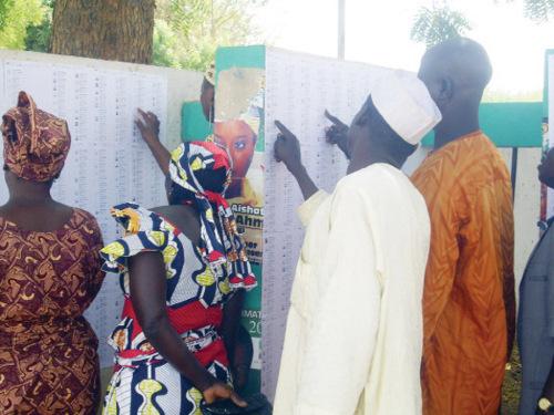 voters-examine-lists-500